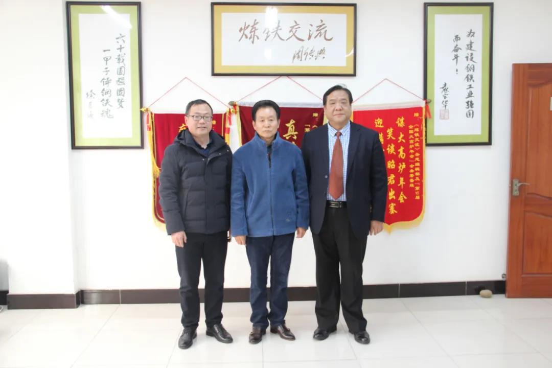宜昌天奇力帝环保科技集团有限公司总工程师林高(左一)和于君成社长(左二)与董事长刘西斌合影留念