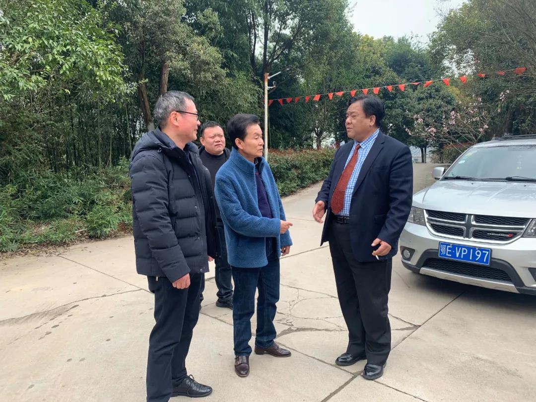 宜昌天奇力帝环保科技集团有限公司总工程师林高(左一)、于君成社长(左二)与董事长与友好交谈